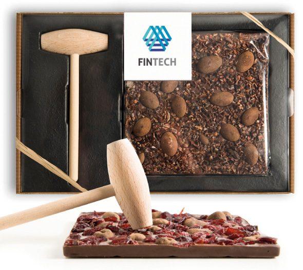 Veľká čokoládová tabuľka s kladivkom s logom